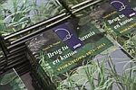 Foto stapels van het jubileumboek Brug tussen kennis en kunde. STORA/STOWA 1971-2011 boeken