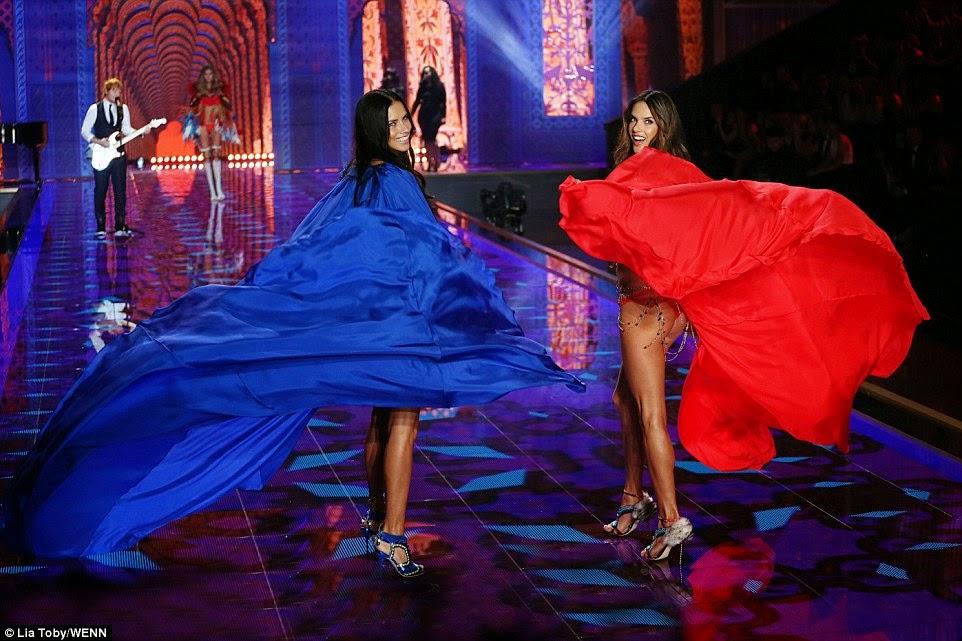 العرض المنتظر! ملائكة فكتوريا سيكريت يلهبون الأجواء في استعراض بالملابس الداخلية - الجزء الثاني