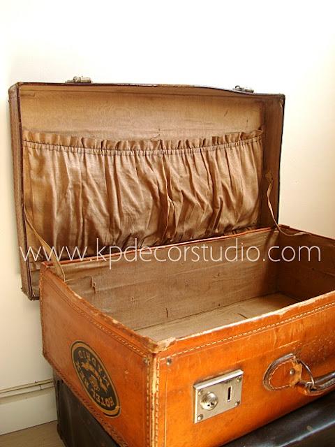 Decora con maletas viejas y antiguas. Pegatinas de viajes y paises