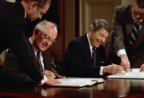 http://3.bp.blogspot.com/-_pmhhVNXG7I/UWxPB5LX2yI/AAAAAAAAAV4/Ym0DQmoobQs/s1600/gorbachev-and-reagan-signing-pact.jpg