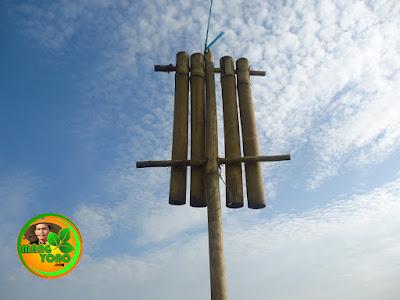 Kokoprak bambu alat pengusir burung pipit disawah