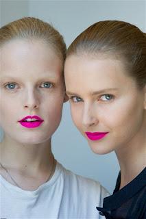 rouge à lèvres neon pink