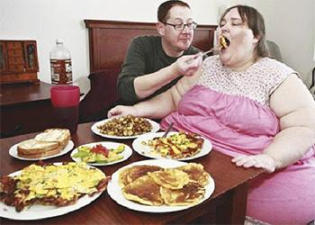 TEMAN lelaki Eman, Parker Clack menyuapkan makanan, bagi membantu kekasihnya mencapai sasaran sebagai pengantin paling gemuk.