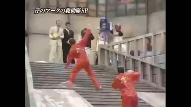 Monter des escaliers lubrifiés, show japonais glissant!