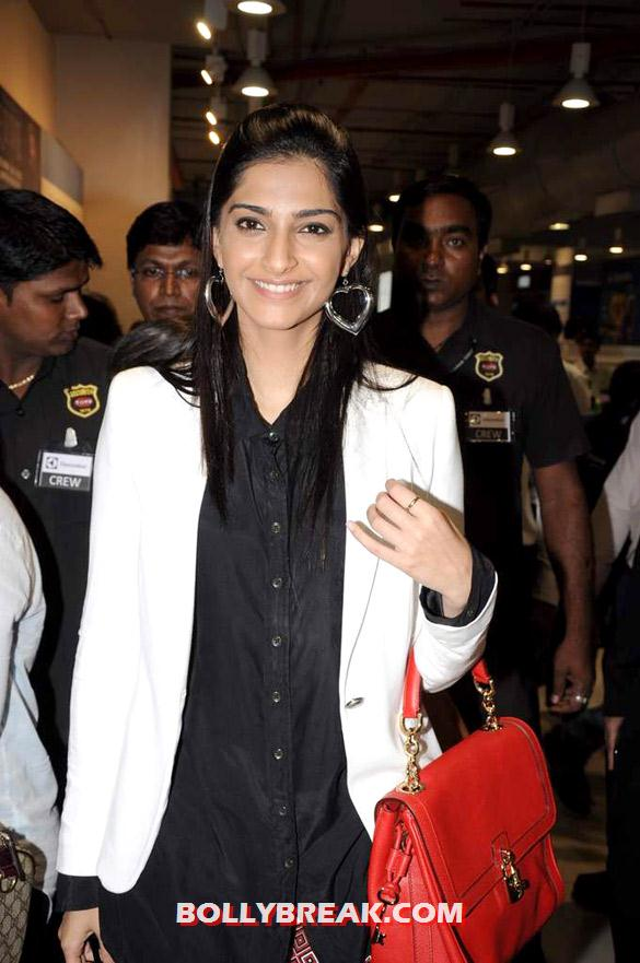 Sonam snapped at Infinity Mall - Sonam snapped at Infinity Mall