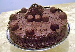 Torta de chocolate rendada, trufada com recheio de maracujá.