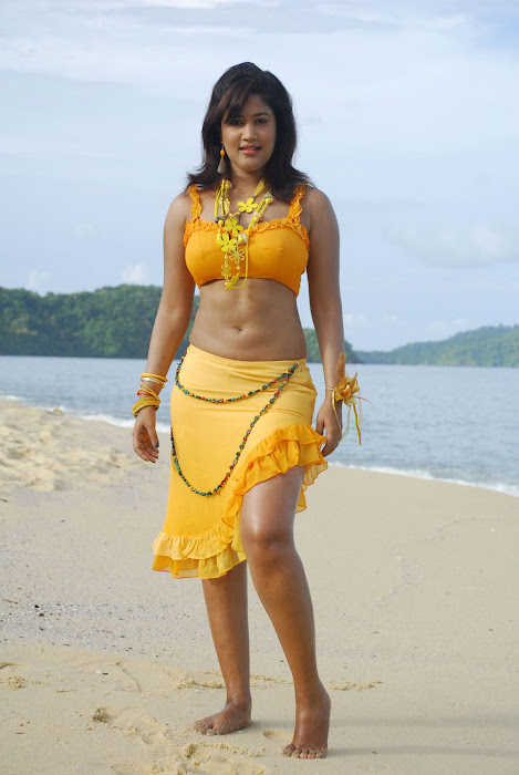 sowmya spicy from mugguru movie, sowmya exposing actress pics