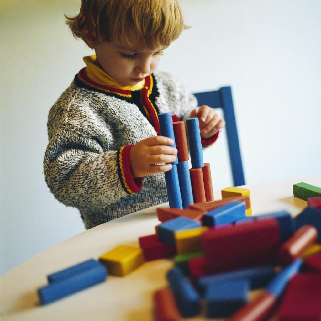 Он пихает ей разные игрушки онлайн фото 394-887