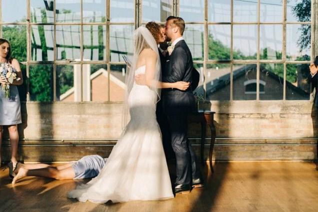 Ada Sesuatu Yang Aneh Dengan Foto Pernikahan Ini!