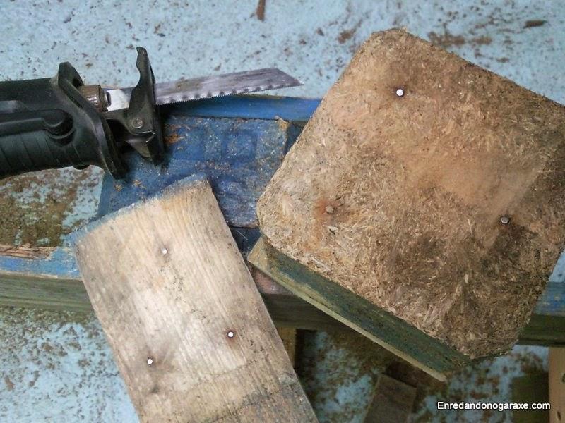 La sierra de sable corta los clavos entre las tablas
