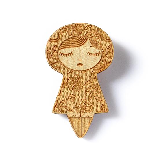 http://www.lesfollesmarquises.com/product/broche-poupee-bois-dentelle