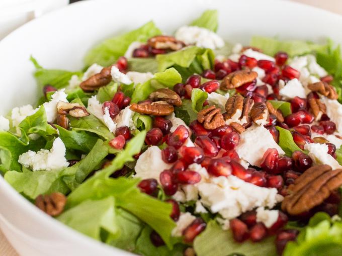 herkullinen salaatti, juhlavampi salaatti pekaanipähkinä, feta, granaattiomena salaatissa, salaatti brunssille