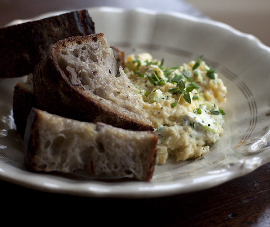 egglove: Herb Cream Cheese Scrambled Eggs