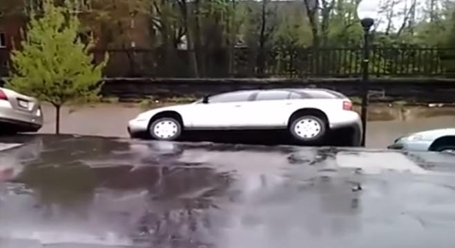 momento abre tierra traga autos
