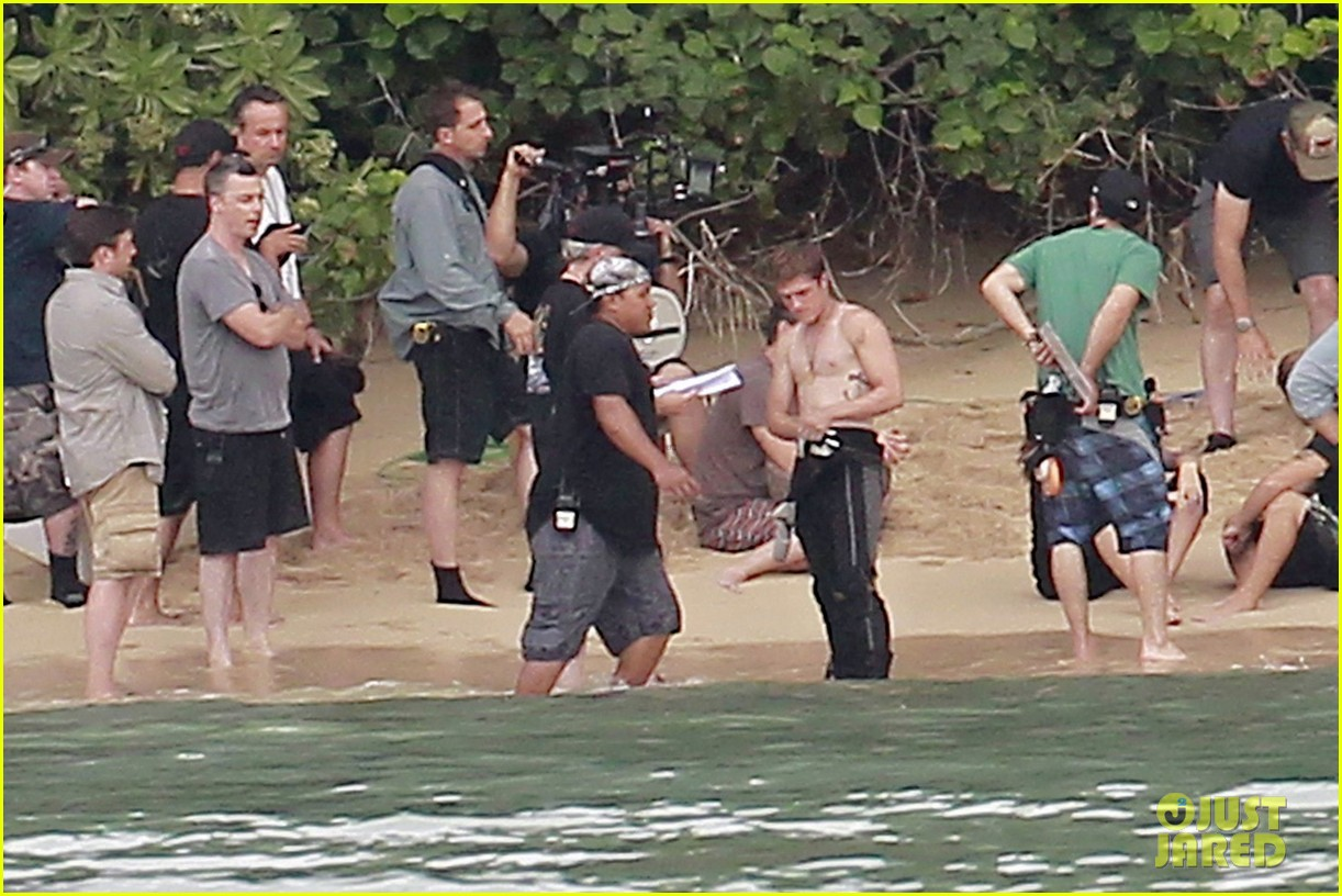 http://3.bp.blogspot.com/-_uAFC1CwmA0/ULji8ZzB3fI/AAAAAAAAOZ8/-N-k7f3utQw/s1600/jennifer-lawrence-shirtless-josh-hutcherson-catching-fire-sea-scenes05.jpg