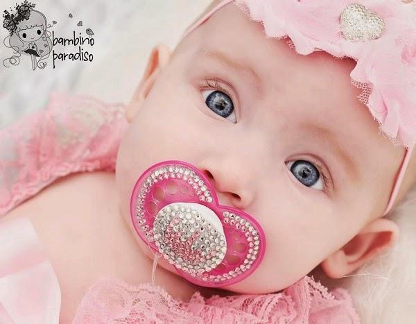 Une Image bébé avec tétine