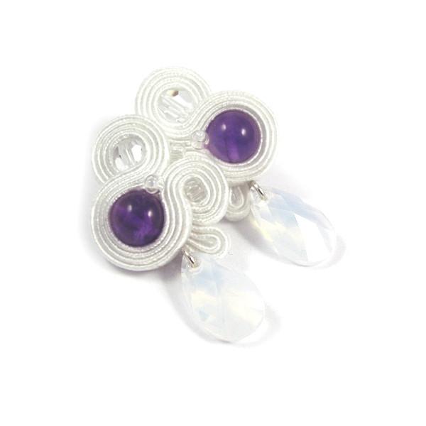 śnieżnobiałe kolczyki ślubne sutasz z fioletowymi kryształami