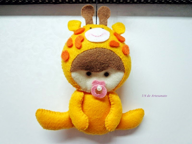 bebê vestido de girafa
