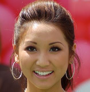 Brenda Song mide 1,57 metros.