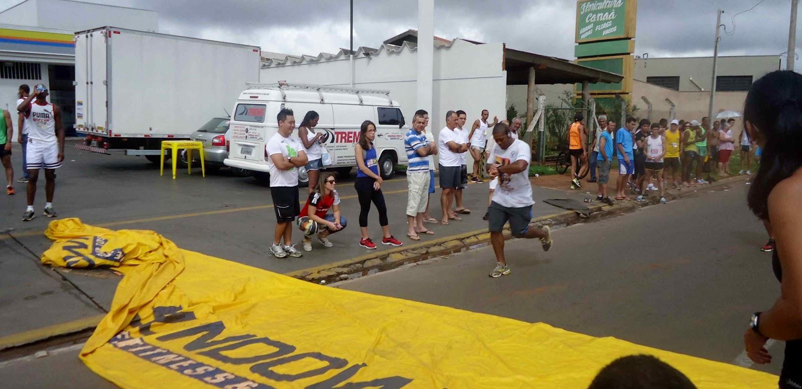 Foto 171 da 1ª Corrida Av. dos Coqueiros em Barretos-SP 14/04/2013 – Atletas cruzando a linha de chegada