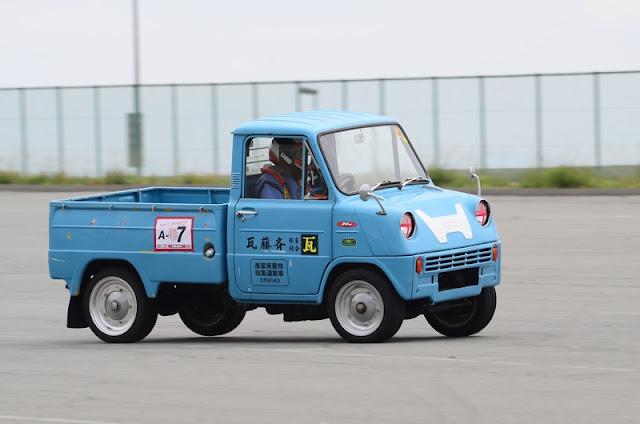 Honda T360, kei car, mała ciężarówka, na torze wyścigowym, japonia, ciekawostka, stary samochód, klasyk, nostalgic, zabytek, wczesny, oldschool