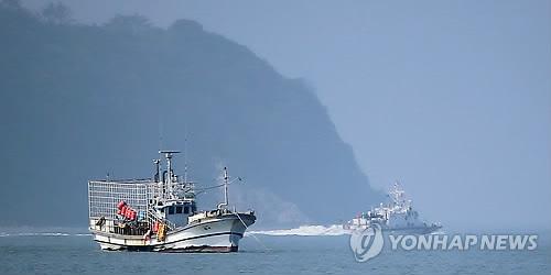 Barcos en el lugar donde se hundió el ferri surcoreano Sewol