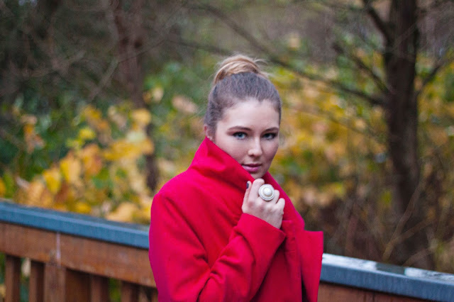 red coat, trend fall 2013, herbst winter trend 2013, roter Mantel, choies, gänseblümchen, daisies, german fashion blogger, deutsche Modeblogger, dutt, messy bun,