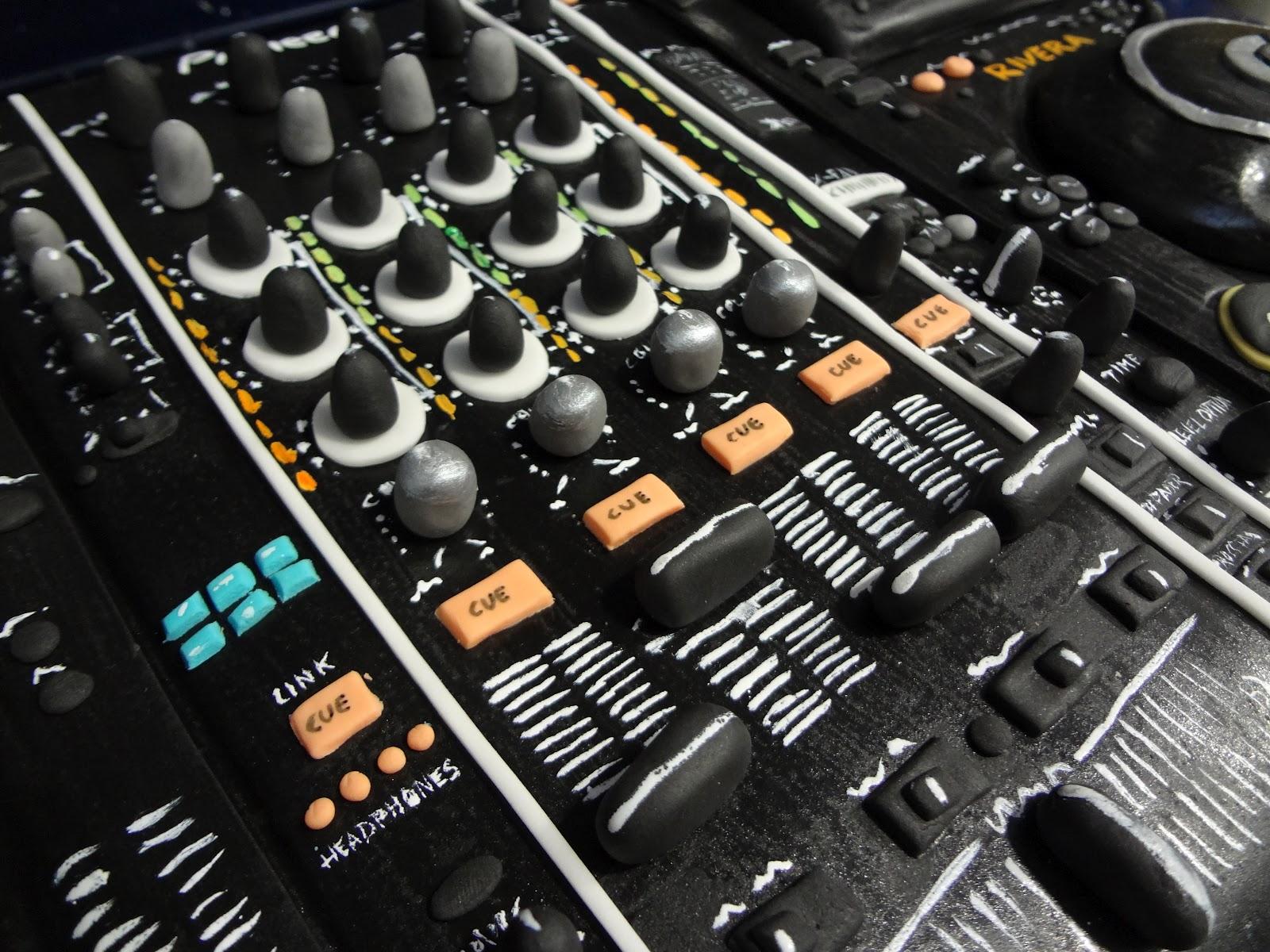 Tarta mesa de mezclas dj 28 cumplea os kiko rivera for Mesa de mezclas fonestar