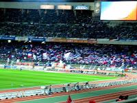 F・マリノスの傘。2004 サントリーチャンピオンシップ 第1戦 横浜 F・マリノス対浦和レッズ