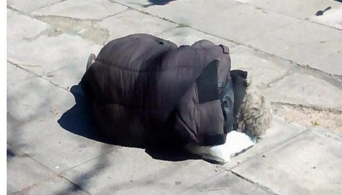 Αθήνα 15 Μαρτίου 2018 μεσημέρι, μία γυναίκα κείτεται ημιλιπόθυμη στο δρόμο