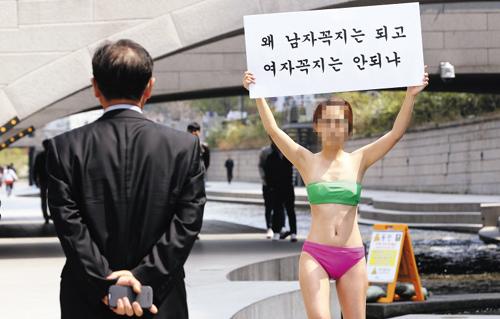 Chica coreana en topless en el centro de Seúl