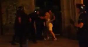 Captura del vídeo en el que la joven reacciona tras ser abofeteada.