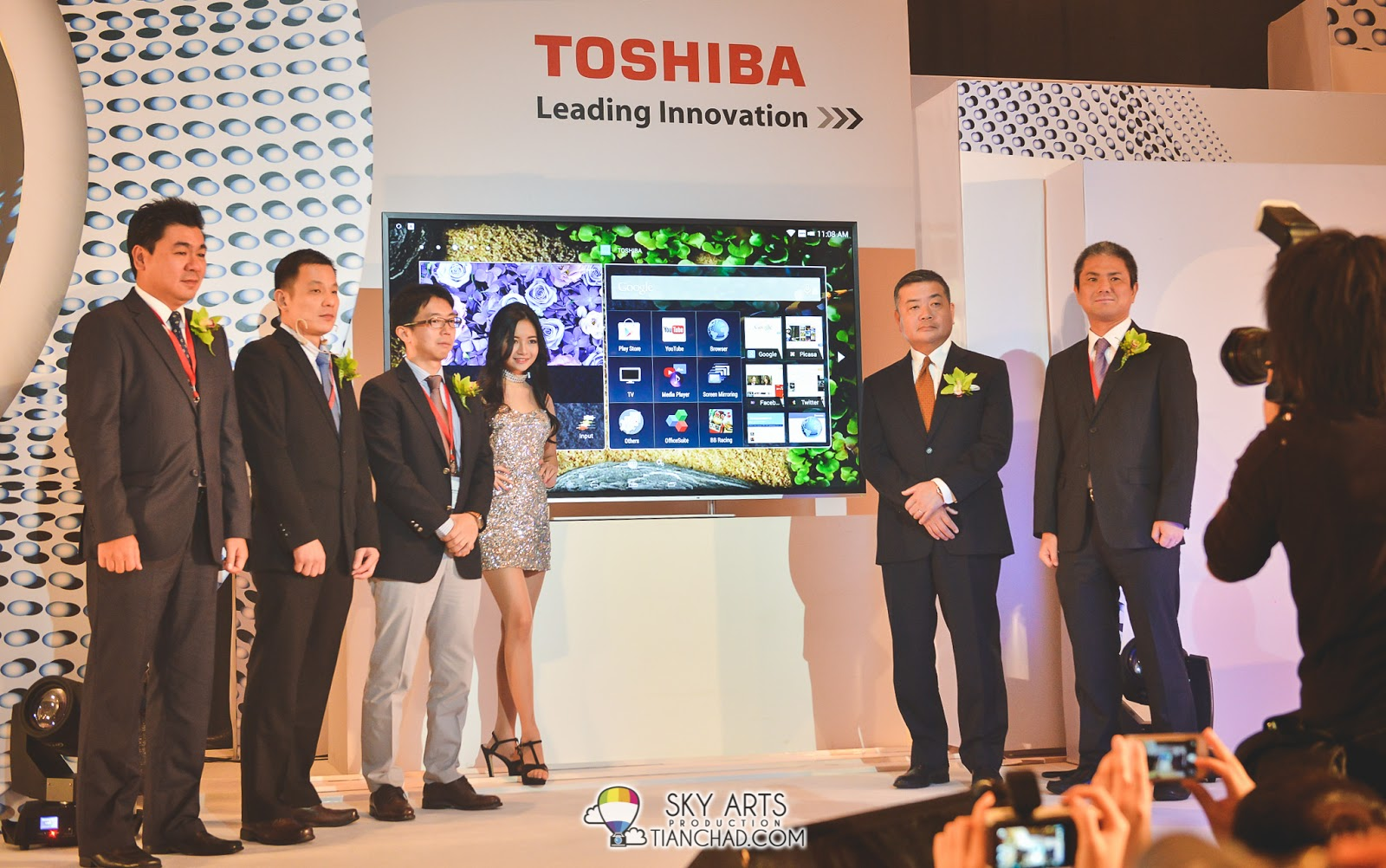 "Toshiba VIPs together with the Ultra HD-L94 Series 84"" TV"