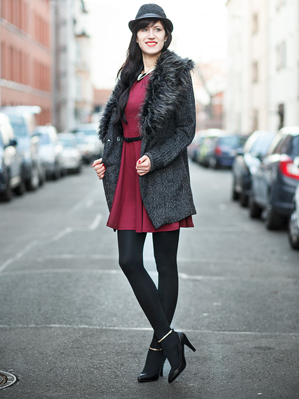 Bild Outfit Asos Fellmantel, Oasap Hut, bordeauxrotes Kleid, Christmas-Look