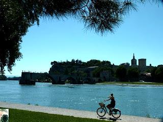 Pont St. Bénezet = Sur le pont d'Avignon