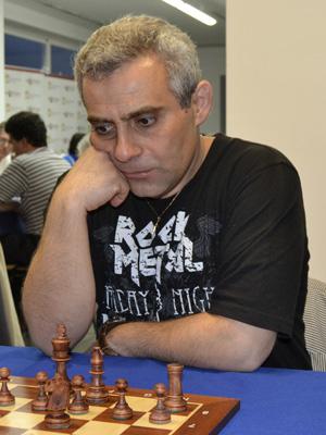 Le joueur du Belarus Sergey Kasparov (2497) joue l'Open d'Avoine © Chess & Strategy