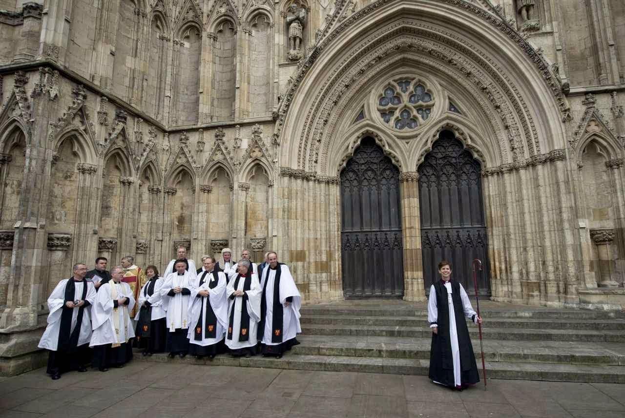 Inglaterra. Primeira bispa anglicana. Fiéis fogem em debandada.