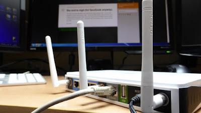 memperkuat sinyal wifi dengan mengarahkan antena router ke atas