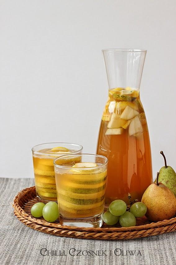 biala sangria z winogronami i gruszkami
