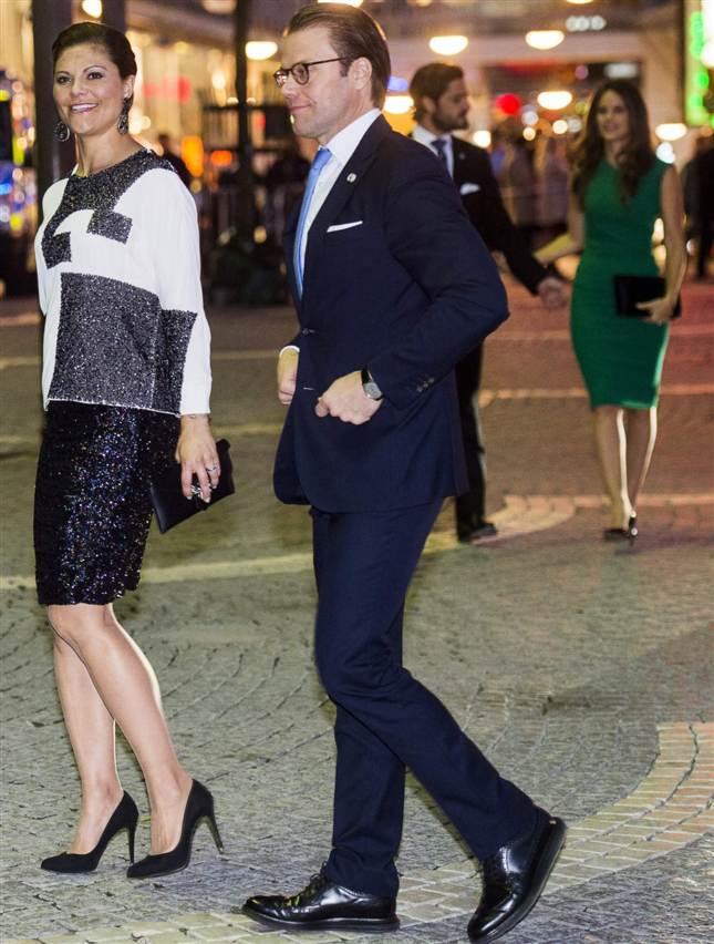 Carl Gustaf , la Reine Silvia , la Princesse Victoria , le Prince Daniel , le Prince Carl-Philip et Sofia Hellqvist ont assisté à un concert pour cloturer la journée de l'Ouverture du Riksdag , le Parlement suédois.  Victoria portait un haut By Malene Birger et Sofia portait une robe Roland Mouret.