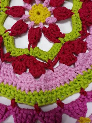 detail gehaakt cirkelvestje Scheepjes Bloom