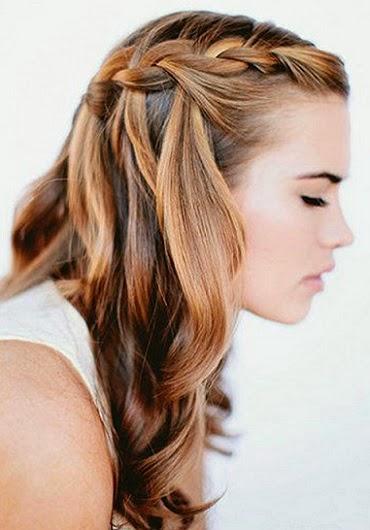 El pelo suelto con algún detalle de trenzas queda muy bien, puedes hacerte unas trencitas laterales, trenzas sobre la frente o estilo diadema. también