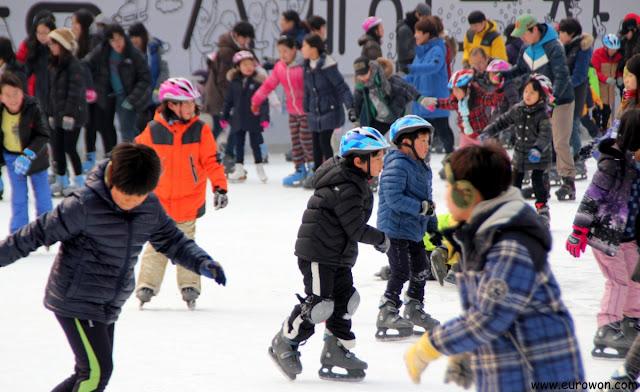 Niños patinando sobre hielo en la Plaza de Seúl