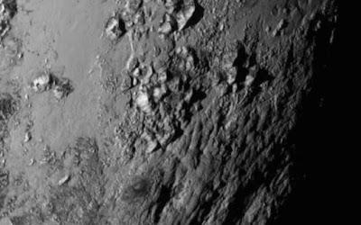 Hipernovas: Montanhas de 3.5 Quilômetros de Altura Aparecem na Última Imagem de Plutão Enviada Pela Sonda New Horizons [Artigo]