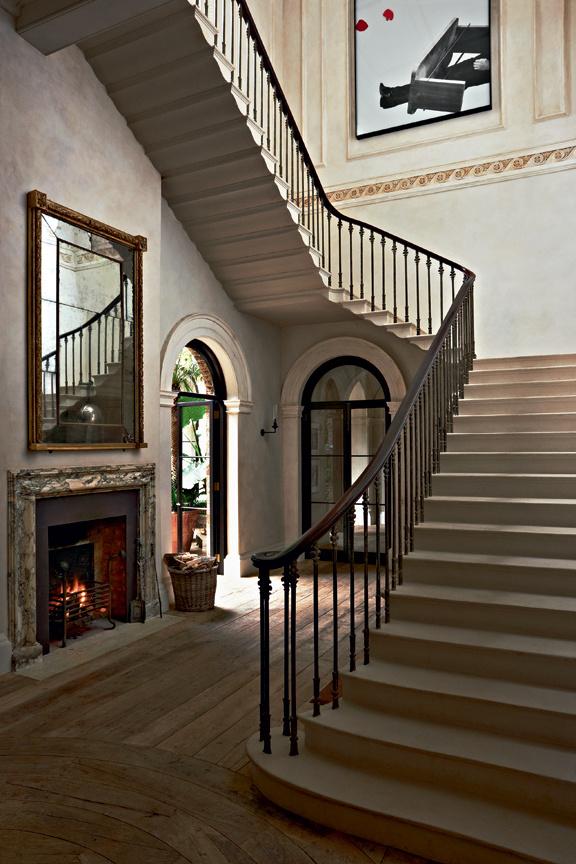 Neues Treppenhaus mit Kamin  und Ausgang zum Wintergarten