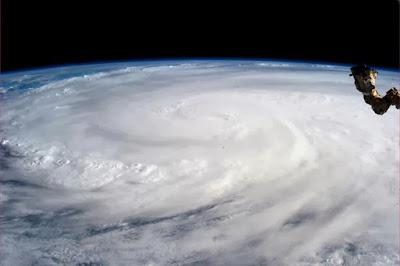 Tornade Haiyan vue de l'espace. Cette image de cette catastrophe qui a frappé les Philippines a été capturée par la NASA.