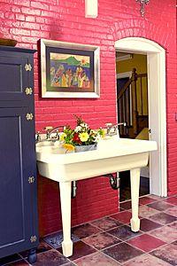 fregadero vintage en cocina rosa