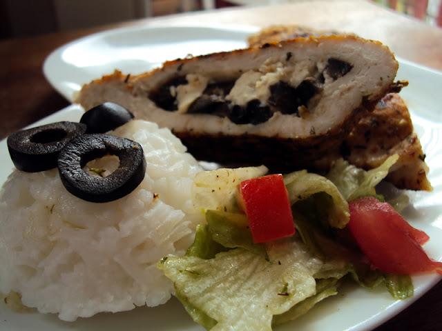 Filet drobiowy faszerowany serem feta, czarnymi oliwkami smażony w papirusie