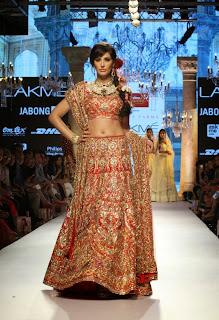 Actress Nargis Fakhri Pictures On The Ramp in Suneet Varma Stylish Dress at Lakme Fashion Week 2015 4