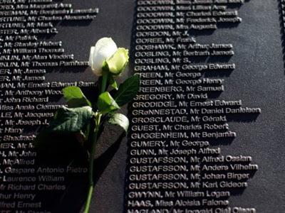 Sekuntum bunga ros diletakkan di atas plak memorial bagi memperingati 1,500 mangsa tragedi Titanic.